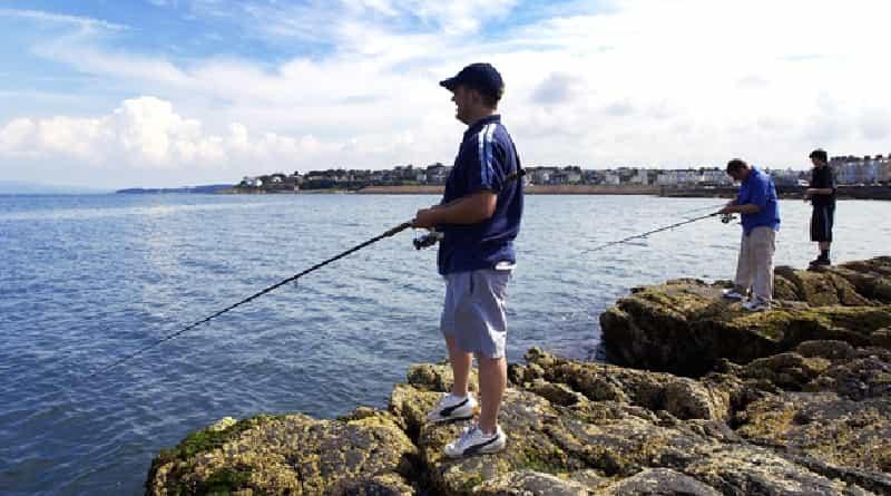 Pesca en el mar de salmón desde la orilla