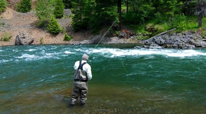 pêche à la mouche sur la rivière